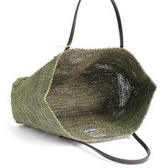 フランスのブランド、Sans Arcidet(サン アルシデ)の代表的なアイテムのひとつ、BEBY Bagと呼ばれるトートタイプのかごバッグ。