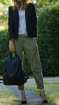 43 best ideas for how to wear green pants casual khakis Olive Green Pants Outfit, Army Green Pants, Green Jacket, Olive Green Blazer, Fashion Mode, Look Fashion, Fashion Outfits, Olive Chinos, Green Chinos