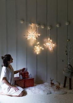 Learn how to make these glowing snowflakes using twigs, LED Christmas lights and floral wire. Find this easy Christmas decoration tutorial on the Say Yes blog. || @sayyesblog