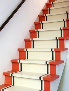 14 zelfmaak ideetjes om je trap eens helemaal op te vrolijken! - Zelfmaak ideetjes Basement Stairs, House Stairs, Basement Ideas, Painted Staircases, Beautiful Stairs, Staircase Makeover, Stair Decor, Diy Stair, Stairs Architecture