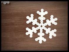Superenkel julepynt laget av HAMA-perler. Du trenger bare perler, sekskantet perlebrett, bakepapir...