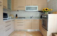 muebles de madera de color beige en la cocina en forma de U moderna