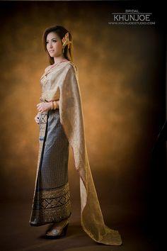 ชุดไทยวันงาน ชุดทางร้านตัดเย็บด้วยความปราณี พร้อมยืมฟรีเครื่องประดับอย่างดี :: แต่งงาน ชุดแต่งงาน ชุดไทย wedding square แต่งหน้าทำผม คุณโจ สตูดิโอ ถ่ายภาพแต่งงาน รังสิต ปทุมธานี ดอนเมือง Thai Traditional Dress, Traditional Outfits, Thai Wedding Dress, Wedding Dresses, Thai Brides, Thailand Outfit, Thai Design, Thai Dress, Thai Style