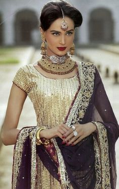 This is so glamorous!! Pakistani Model Mehreen Syed in a beautiful Pakistani outfit!