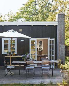 Keltainen talo rannalla: Tanskalaisia kesäkoteja Indoor Outdoor Living, Outdoor Decor, Cabin Kitchens, Eero Saarinen, Back Patio, Coastal Homes, House Colors, Small Spaces, Pools