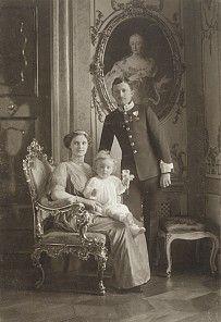 kaiserin zita | Hermann C. Kosel: Offizielles Porträt von Karl I. mit Familie, Foto ...