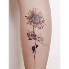 49 The sophisticated sunflower tattoo on the leg