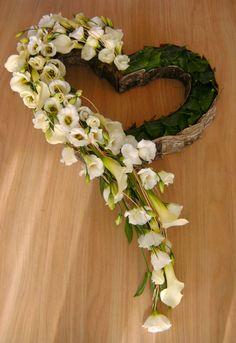 De helft bloemen, de helft planten | Vind meer inspiratie over bloemen voor het afscheid en de uitvaart op http://www.rememberme.nl/rouwbloemen-rouwdecoratie/