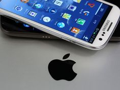 Jury hands Apple $1-billion victory over Samsung in epic patent trial