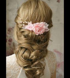 Ein Blüten Haarschmuck in zart rosa-romantisch und feminin. Der Haarschmuck besteht aus drei handgefertigten Blüten und Blättern und Perlenranke. Passt sehr gut für eine Hochsteckfrisur oder für...