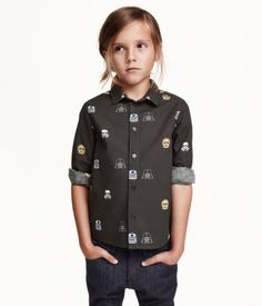 Long-sleeved shirt in woven cotton-blend fabric with a printed pattern. Narrow collar and buttons at front.