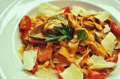 tagliatelle z owocami morza w sosie pomidorowo-śmietanowym, podawana z parmezanem. @Punkt Sporny Club&Restaurant