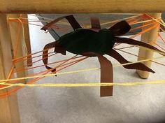 * Brrr... een spin onder je stoel! Maak een spinnenweb onder je eigen stoel. Hang er een spin in.