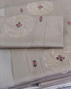 Embroidery Stitches, Embroidery Patterns, Hand Embroidery, Crochet Patterns, Sewing Crafts, Sewing Projects, Embroidered Towels, Crochet Table Runner, Brazilian Embroidery