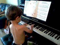 """Daniel (4 anos) ao piano, """"compondo"""" uma música."""