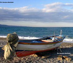 IN ATTESA CHE PASSI IL CATTIVO TEMPO  BRUTTE NOTIZIE PER IL SETTORE PESCA  I piccoli pescatori costieri sono preoccupati per le notizie che arrivano dalla vicina Sicilia di truffa ai danni dell'Unione europea per 3,8 milioni di euro di fondi europei originariamente indirizzati al settore pesca.  Nella gestione dei GAC – Gruppi di Azione Costiera – programmazione 2007-2013 è andato tutto bene? In attesa che passi il cattivo tempo, i piccoli pescatori costieri si preparano a riprendere il mare…