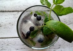 Make a low-cal party drink - skinny blueberry mojito cocktail recipe is super easy! Be sure to make the blueberry ice cubes too - makes it a super fun party drink! Highbush Blueberry, Strawberry Mojito, Blueberry Lemonade, Vodka Mojito, Mojito Mocktail, Low Carb Cocktails, Refreshing Summer Cocktails, Blueberry Recipes, Strawberry Recipes