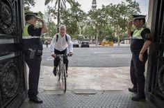 El alcalde de Valencia, Joan Ribó, llega en bicicleta al ayuntamiento, este lunes.
