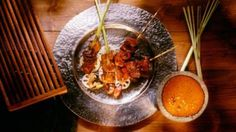 Satay (temasek) | Meat skewers are an essential part of many Asian cuisines. This recipe for chicken satay with peanut sauce is a Malaysian interpretation.