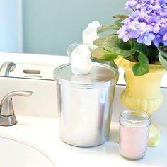Desde que brilla esos mostradores para limpiar rápidamente su inodoro, estos sencillos toallitas de baño DIY ven tan elegante en un recipiente de plástico upcycled.