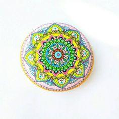 Guarda questo articolo nel mio negozio Etsy https://www.etsy.com/it/listing/535447701/sasso-dipinto-a-mano-mandala-stones