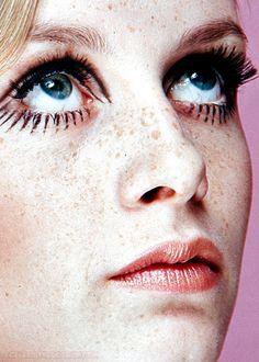 Twiggy modelo da década. Cara pálida, lábios rosados, olhar expressivo, semelhança com uma boneca.