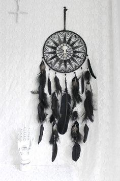 Salem . attrape-rêves plume de cygne noir véritable crâne de corbeau ,Swarovski et quartz titane .