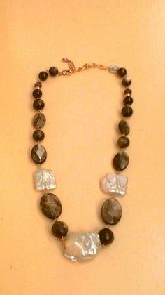 Collar de perla barroca y piedras fume.http://marberaltabisuteria.mitiendy.com/categorias/collares