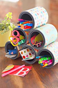 A reciclagem cria nichos para armazenar canetas, lápis e material do atelier