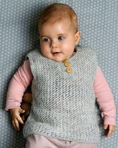 Lille fin slipover til babyen. Knitting For Kids, Baby Knitting Patterns, Baby Kids, Baby Boy, Baby Vest, Knit Crochet, Chrochet, Diy Baby, Baby Wearing