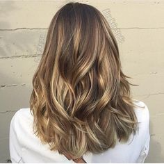 would look great for summer: hair color idea - light brunette balayage highlights Balayage Brunette, Balayage Hair, Brunette Highlights, Balayage Color, Baby Highlights, Bayalage, Haircolor, Thick Highlights, Caramel Balayage Highlights