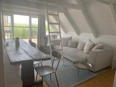Rund 38 m² groß mit einer zirka 100 m² Holzterrasse steht die schilfgedeckten Seehütte im Neusiedlersee direkt im Wasser. 100 M2, Dining Table, Furniture, Home Decor, Stilt House, Romantic Vacations, Cottage House, Water, Round Round