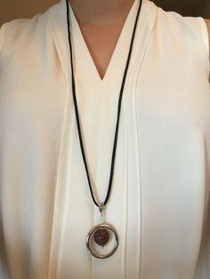 Collar ajustable con dije y piedra colgante y cinta de cuero negro