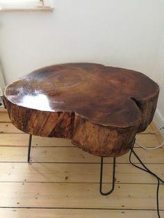 Diesen TV-Tisch habe ich selbst gemacht. Ganz einfach. Einfach eine Baumscheibe geschliffen, lackiert, Beine drunter, fertig.