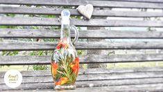 Mit vielen meiner Lieblingskräuter aus meinem Garten habe ich wieder einen sommerlichen 7-Gartenkräuter-Essig angesetzt. Dieses Mal habe ich Bohnenkraut, Rosmarin, Kapuzinerkresseblüten, Borretschblüten, Liebstöckel, Dill und Thymian verwendet, aber natürlich ist deiner Fantasie keine Grenzen gesetzt und der Essig kann mit jedermanns Krautkomposition angesetzt werden.   Liebe Grüße, eure Christina 🌿 Home Decor, Vinegar, Home Made, Homemade, Recipies, Fantasy, Decoration Home, Room Decor, Home Interior Design