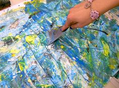Some students of grade 9 have experienced the liberating and emotional effect and of a painting without rules. They expressed themselves with instinctive gesture, through signs and colors, speed an...