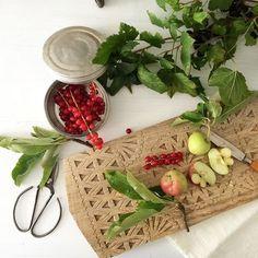 Verliebt in das Holzbrett von @urbanara Ich war war erstaunt, was ich im Garten noch alles brauchbares gefunden habe! Die Äpfel waren allerdings ungenießbar aber hübsch fürs Foto @bloggeratwork #props #foto #bloggerlife #bloggerstyle #workshop #foodstyle #food #johannisbeeren #äpfel #holzbrett #style #interior #urbanara #küchenzauber #küchenutensilien #fresh #healthy @emiliaunddiedetektive