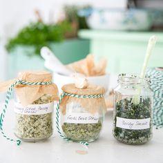 DIY: on prépare soi-même 3 sels aromatisés - Helloo Mason Jar Meals, Meals In A Jar, Mason Jars, Jar Gifts, Food Gifts, Diy Cadeau Noel, Creole Recipes, Rustic Signs, Hostess Gifts