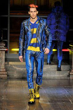 A arte bem colorida da dupla Gilbert & George virou o mote da que talvez. Fashion Moda, Punk Fashion, Leather Fashion, High Fashion, Fashion Outfits, Moschino, Men's Leather Jacket, Haute Couture Fashion, Clubwear