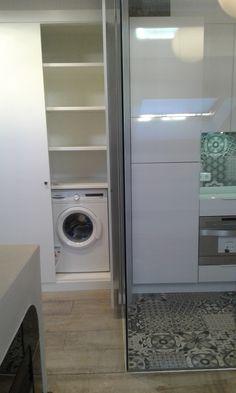 Tabua de passar roupa acoplada na lavanderia entre a pia e a lavadora e lugar para a vassoura - Armario lavadora ...