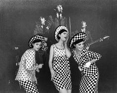 Jerry Schatzberg, Glamour The Beatles + The Dee Triplets Jerry Schatzberg, Mod Fashion, 1960s Fashion, White Fashion, Fashion Art, Vintage Fashion, Monochrome Fashion, Woman Fashion, Fashion Styles