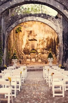 """Take advantage of cultural landmarks in your destination! This couple said """"I do"""" surrounded by Mexican ruins!"""
