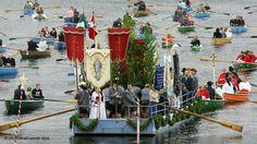 Eine Fronleichnam-Prozession zieht am über den Staffelsee bei Seehausen in Oberbayern. (Foto: dpa)