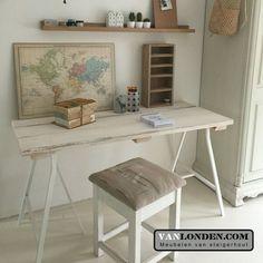 Bureau, schagen met een blad van steigerhout, vintage sloophout wit geverfd... www.vanlonden.com met styliste Evelien Olifiers