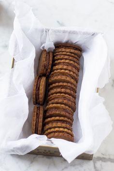 graham cracker sandwiches with dulce de leche truffle filing