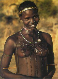 Nubian Warrior Women of Kau, also known as the South East Nuba. Nuba mountains, Sudan | Photo taken by Leni RieFenstahl in 1975. leni-riefenstahl.de