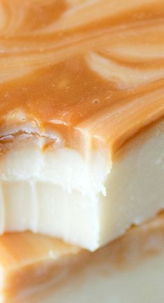 One of the best fall treats - homemade caramel apple fudge! This fudge reminds me of those green caramel apple suckers! Caramel Apple Suckers, Fudge Caramel, Oh Fudge, Caramel Apples, Chocolate Fudge, Chocolate Tarts, Apple Candy, Easy Fudge, Fudge Recipes