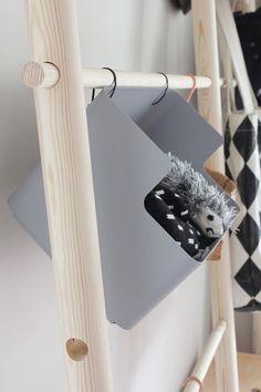 シンプルな立て掛けタイプの木製丸棒ハンガーラックにS字金具で小物入れを