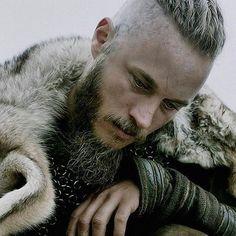 Tumblr te permite expresarte libremente, descubrir cosas que no sabías sobre ti y conocer a otras personas que comparten tus gustos. Aquí, tus intereses te acercan a gente con la que tienes mucho en común. Ragnar Lothbrok Vikings, Lagertha, Vikings Tv Show, Vikings Tv Series, Vikings Time, Arte Viking, Viking Metal, Vikings Travis Fimmel, Viking Warrior
