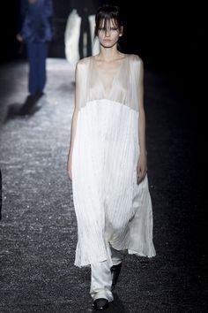Les robes blanches de la Fashion Week printemps-été 2014: Haider Ackermann http://www.vogue.fr/mariage/inspirations/diaporama/les-robes-blanches-de-la-fashion-week-printemps-ete-2014/15627/image/870725#!mariage-robe-blanche-haider-ackermann